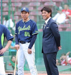 試合前、稲葉篤紀日本代表監督(右)と談笑する小川淳司監督
