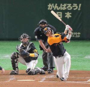 2回1死二、三塁、空振り三振する坂本勇人