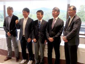 14日、茨城の宍戸ヒルズCCでの日本ツアー選手権森ビル杯の記者発表会に出席した昨年大会王者の市原弘大(左から2人目)ら