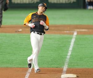 9回2死、ニ飛に打ち取られた坂本勇人(6)。開幕からの連続試合出塁が「36」で止まった(カメラ・竜田 卓)