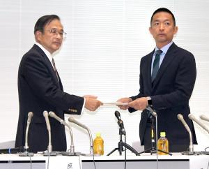 中間報告を長谷部健区長(右)に手渡した検討会の竹花豊座長