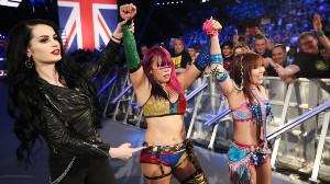 WWE女子タッグ王座に挑むアスカ(中央)とカイリ(右)(C)2019 WWE, Inc. All Rights Reserved.」