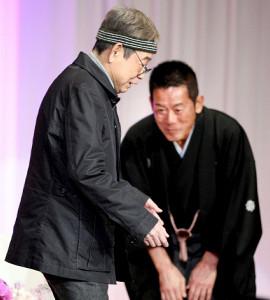 2010年3月、楽太郎改め6代目三遊亭円楽襲名披露パーティーに出席した立川談志(左、右は6代目・円楽)