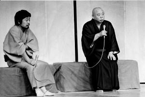 落語協会脱会直後、東横落語会で師匠・柳家小さん(右)とトークショーを行った立川談志(1983年撮影)
