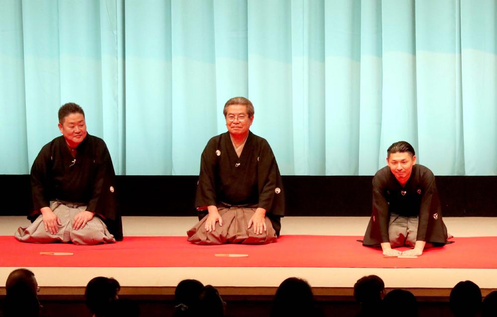 2018年、三木男改め5代目桂三木助襲名披露公演では、立川志の輔(中央)、立川生志(左)が口上に並んだ(右は三木助)