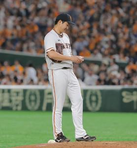 6回2死一塁、大山に2ランを浴びボールを見つめる巨人・菅野(カメラ・泉 貫太)