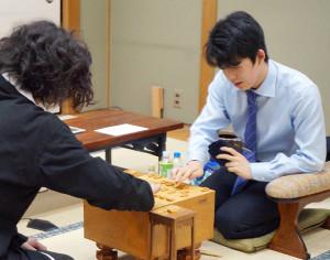 棋王戦予選を終え、牧野光則五段(左)と感想戦を行う藤井聡太七段