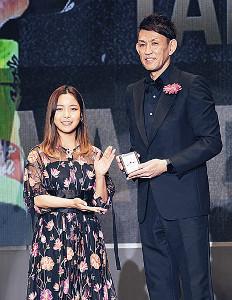 特別賞を贈られたレバンガ・折茂(右)とプレゼンターの上川町出身の高梨沙羅