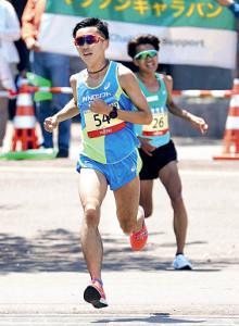 12日の仙台国際ハーフマラソンで6位に入賞した照井(左)(右は神野)
