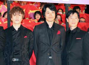 黒っぽい服装で決めた(左から)早乙女太一、松山ケンイチ、堺雅人