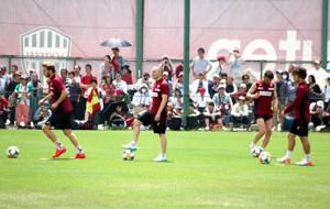 「いぶきの森球技場」で公開練習となったこの日、約800人のサポーターが詰めかけ、イニエスタ(中央)らに熱視線を送った(カメラ・種村 亮)