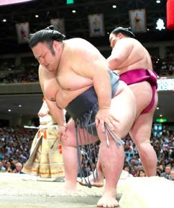 取組後、膝に手をつき顔をゆがめる貴景勝(カメラ・矢口 亨)