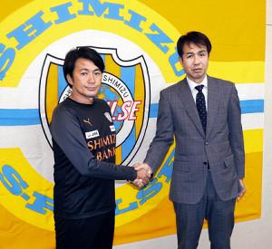 会見後、大榎GM(右)と握手する篠田監督