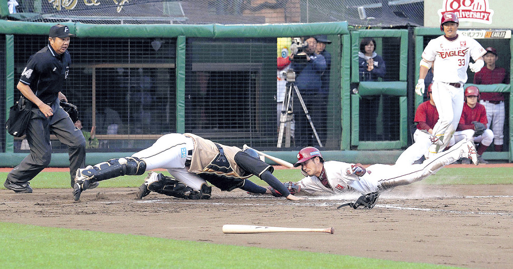 延長11回1死一、三塁、ウィーラーの右犠飛で三塁走者・藤田が左手で捕手・清水(左)のタッチをかわし生還する(カメラ・佐々木 清勝)