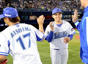 今季初勝利を挙げた東(右)は三嶋からウィニングボールをもらい笑顔