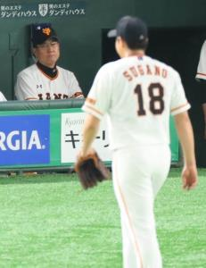 6回2死一塁、大山悠輔に左越え本塁打を打たれ、降板する菅野と厳しい表情の原監督