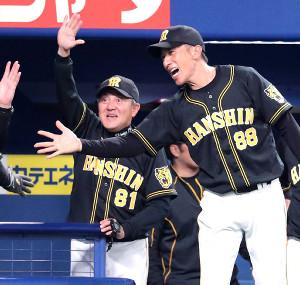 ベンチで選手を迎える清水ヘッドコーチ(左)と矢野監督