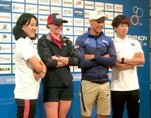トライアスロン横浜大会に向け会見で意気込みを語った高橋侑子(左)