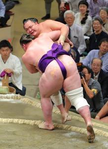 栃ノ心(手前)は北勝富士を寄り切りで下し5連勝(カメラ・森田 俊弥)