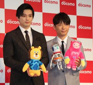 イベントに出席した星野源(右)と新田真剣佑