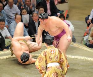 朝乃山(右)は輝をすくい投げで土俵に転がし平幕唯一の5連勝(カメラ・森田 俊弥)