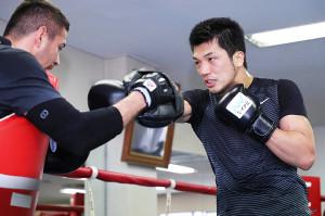 ロブ・ブラント戦に向け、練習を公開した村田諒太(右)ミット打ちで調整する