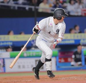 5回2死二塁、藤岡 が同点の適時打を放つ