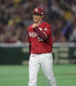 6回2死一、二塁、田中賢介を投ゴロに打ち取り笑顔を見せる辛島航