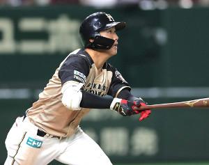 7回1死三塁、右越え適時二塁打を放つ平沼翔太