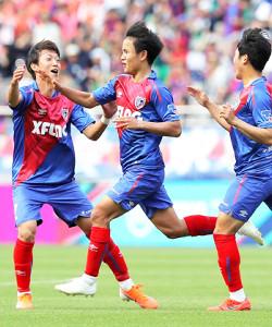 12日の磐田戦で決勝ゴールを決め、歓喜のF東京・久保(中)