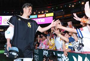 5勝目を挙げた高橋礼は、大喜びのファンに迎えられ笑顔でタッチ(カメラ・豊田 秀一)