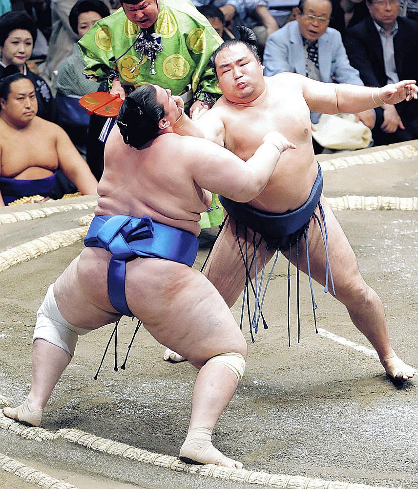 鶴竜(右)が碧山を寄り切りで下す(カメラ・森田 俊弥)