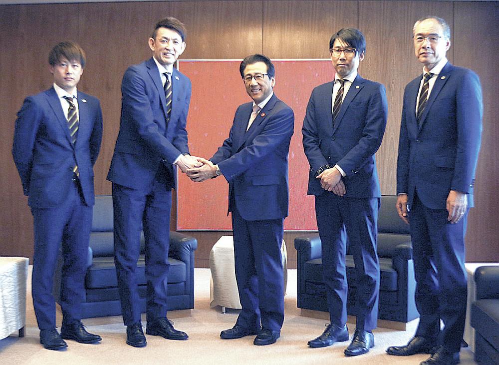 秋元市長(中央)に来季の健闘を誓う左から多嶋主将、折茂代表、1人おいて横田CEO、内海HC