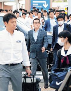 帰宅時間帯でにぎわう名古屋駅に到着した原監督(中央)ら巨人ナイン(カメラ・橋口 真)