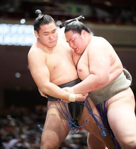 琴鎌谷に寄り倒しで敗れた豊昇龍(左)