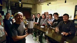 月曜酒場「とん八」最後のお客さんと天龍氏から贈られた酒