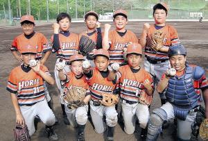 初戦快勝の大阪堀江ナイン。5つのホームランボールが誇らしげだ