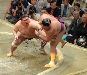 阿武咲(左)が朝乃山を押し出しで破る(カメラ・森田 俊弥)