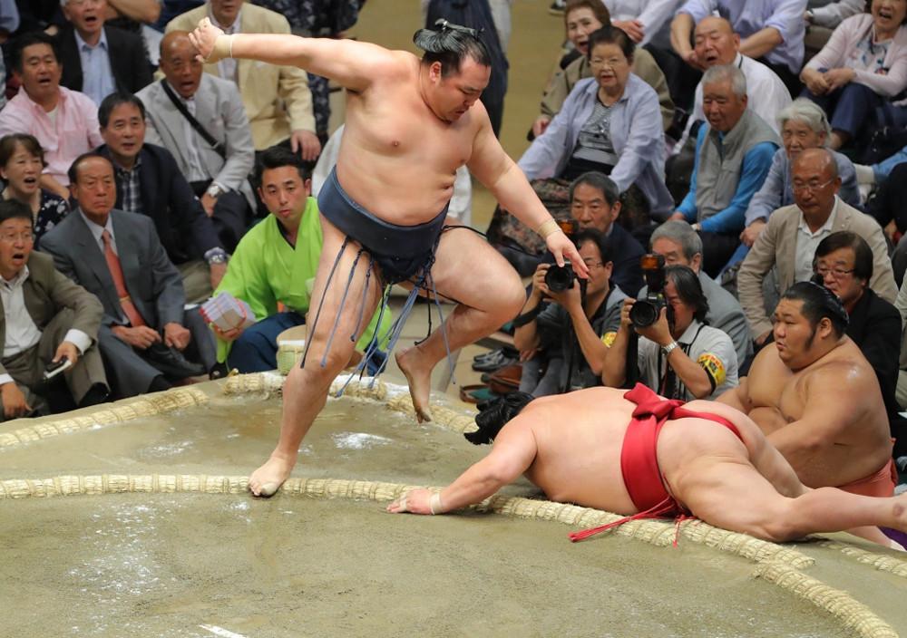 大栄翔(右)を叩き込みで下した鶴竜(カメラ・森田 俊弥)