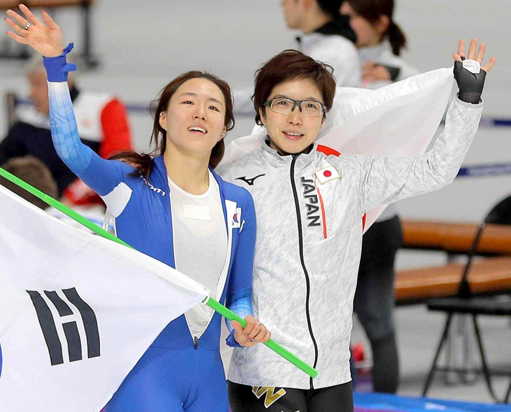 平昌五輪で優勝を決め、李相花(左)とウイニングランする小平奈緒