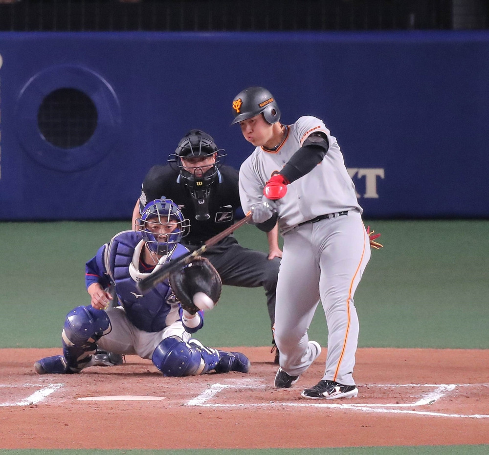 6回1死満塁、岡本和真が左線へ適時二塁打を放つ(捕手・松井雅人)(カメラ・生澤 英里香)
