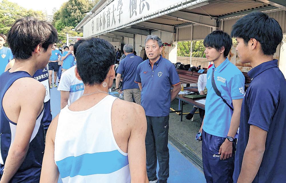 選手に熱く語りかける横山順一部長兼任監督(中央)。右端は小野木俊コーチ