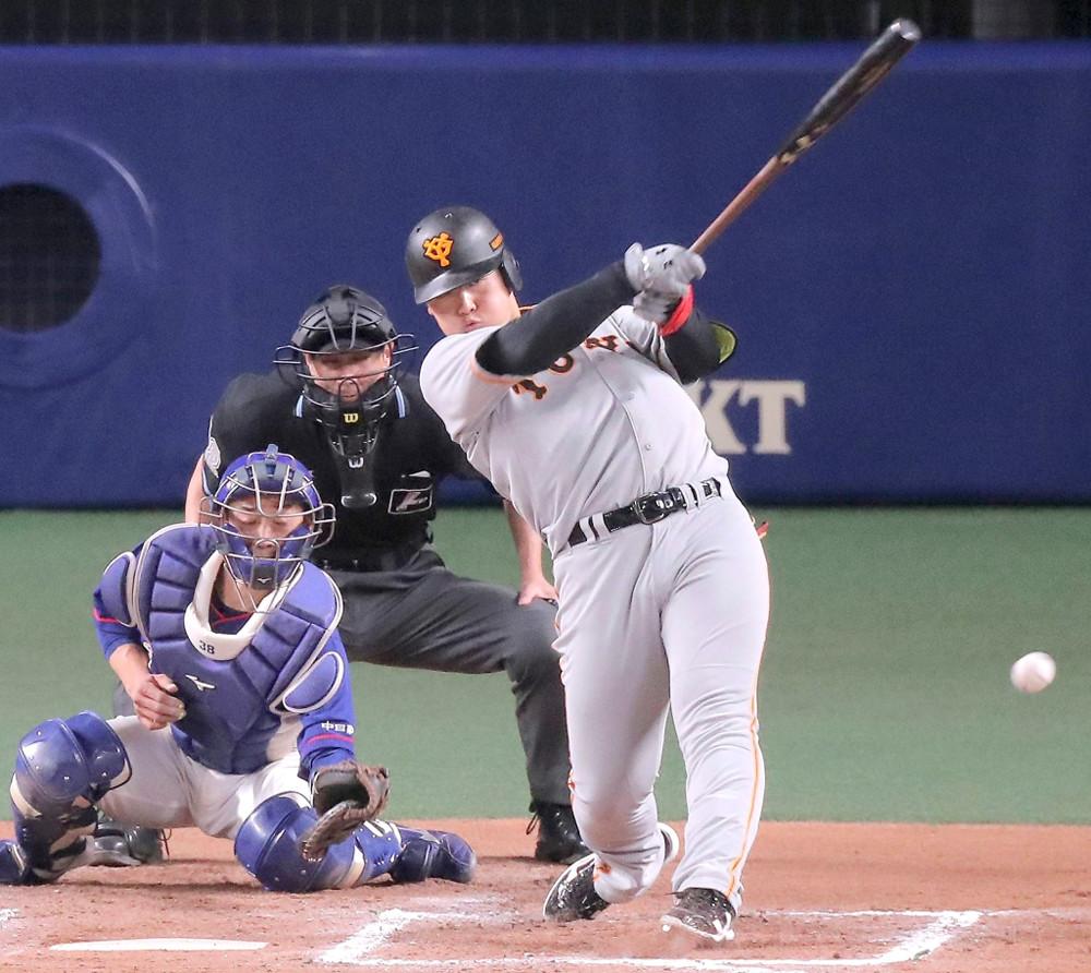 6回1死満塁、岡本和真が左線へ適時二塁打を放つ(捕手・松井雅人)
