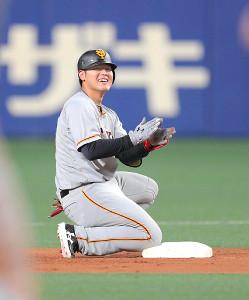 6回1死満塁、岡本和真が先制2点二塁打。塁上で笑顔を見せた(カメラ・橋口 真)