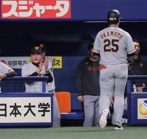 2回無死、岡本和真(25)が三ゴロに倒れ、原辰徳監督は手を叩いてナインを鼓舞する(カメラ・馬場 秀則)