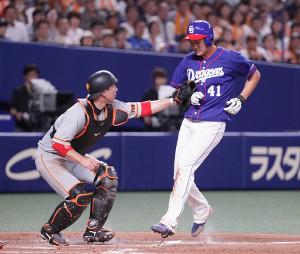 3回1死二、三塁、京田の遊ゴロで三塁走者・勝野(右)が本塁を突くもタッチアウト。捕手・炭谷銀仁朗(カメラ・馬場 秀則)