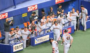 6回1死満塁、岡本和真の適時二塁打で生還したヤングマンを迎える原辰徳監督らナイン(カメラ・上村 尚平)