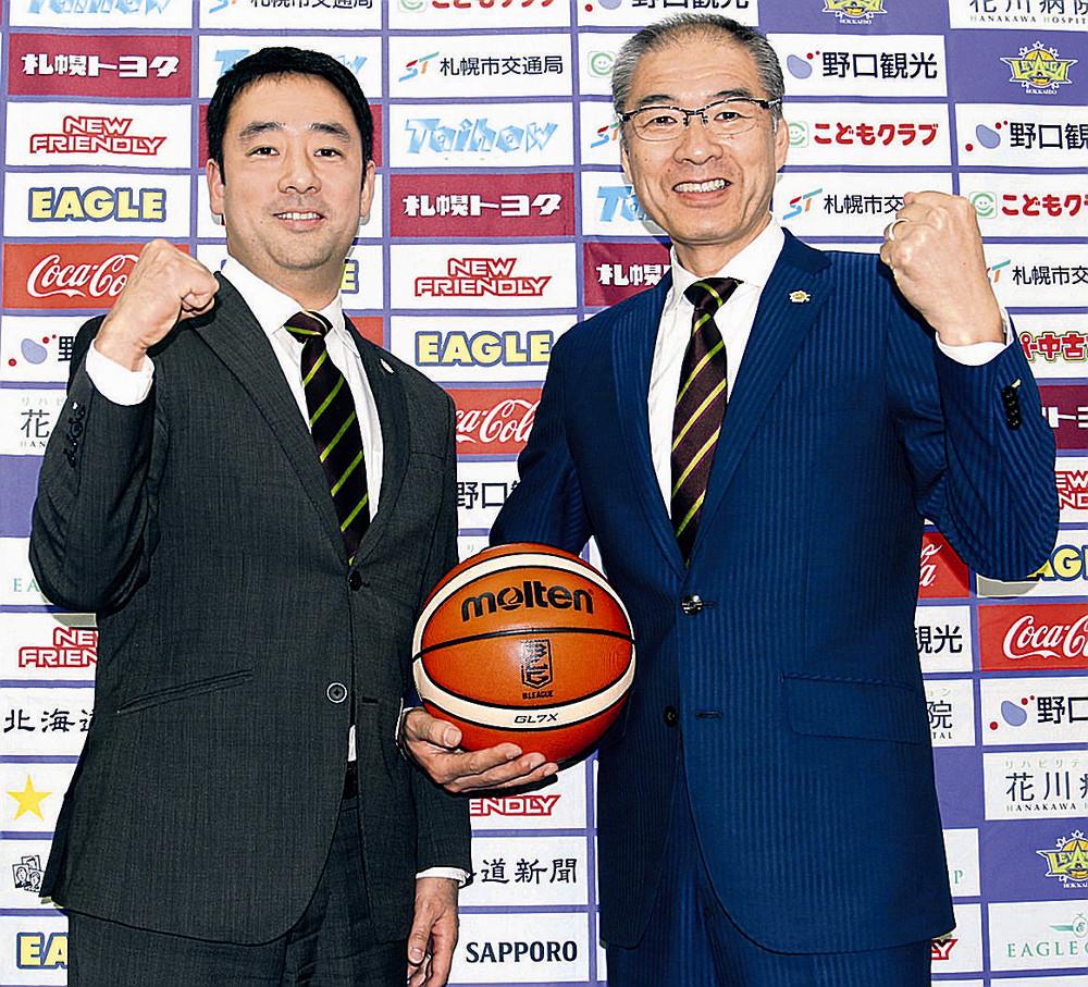 清永チーム統括(左)と新シーズンの健闘を誓う内海HC