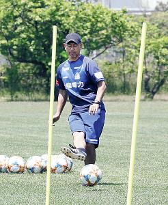 自らボールを蹴って指導する富山・安達監督