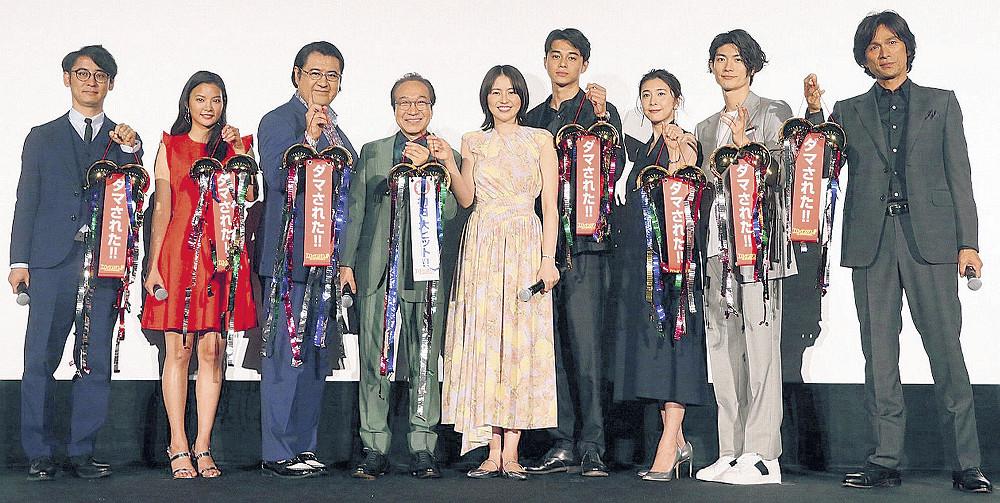 初日舞台あいさつを行った(左から5人目から)長澤まさみ、東出昌大、竹内結子ら